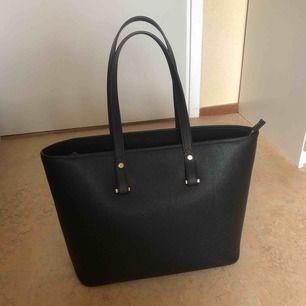 En stor handväska från H&M. Säljs på grund av ingen användning. Har använt ett par gånger men den är fortfarande i jättebra skick. Kan mötas upp i Stockholm eller swisha, det går lika bra. Frakt kostar 20kr.