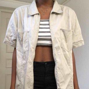 skjorta som även går o ha som kort armad jacka. jävligt snygg då den ser oversized ut!! 🤳🏾 köparen står för frakten 🍇
