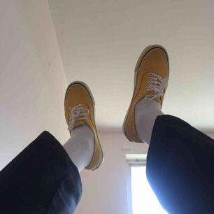 Vans authentic ogs, köpte dem i vans egna butik Köpenhamn och enligt personalen såldes dessa skorna endast i 8 butiker i hela världen. Den högra skons sula är gulare än den vänstra, detta upptäckte jag först när jag kom hem till Sverige (produktionsfel)