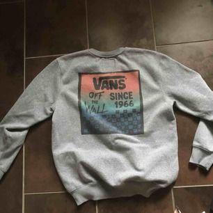 Vans sweatshirt i bra skick. Medium. Köparen betalar frakt (~50:-). Billigare vid snabb affär :-)