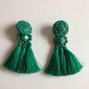 Gröna tassel örhängen från Gina Tricot, i nyskick✨