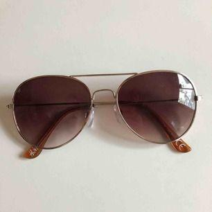 Solglasögon som endast är använda 2-3 ggr. Klassisk modell som passar till allt! Perfekt nu till sommaren✨