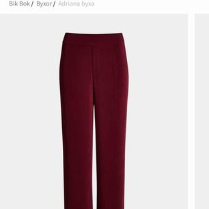 Vinröda kostymbyxor från bikbok. I strl L men tycker den passar en M också väldigt bra.