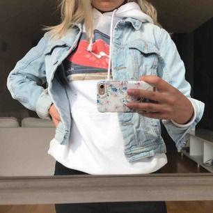 Ljust tvättad jeansjacka från Vero Moda. Riktigt snygg och sitter relativt tight på kroppen. Passar perfa nu till sommaren och våren🌸🌸fraktar men fraktkostnad tillkommer