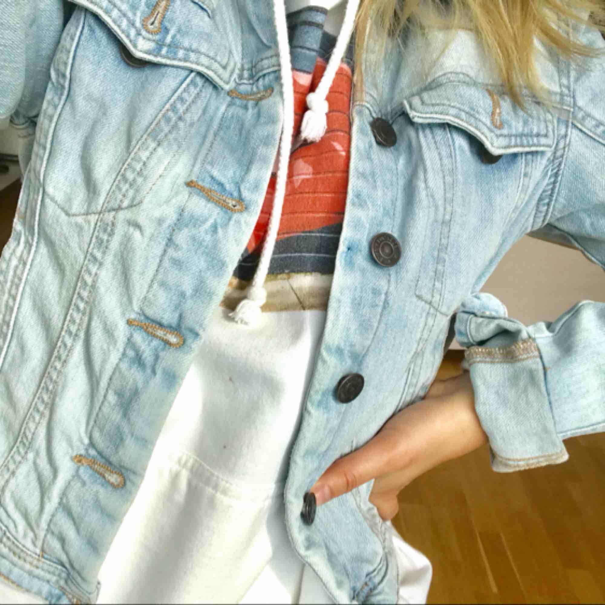 Ljust tvättad jeansjacka från Vero Moda. Riktigt snygg och sitter relativt tight på kroppen. Passar perfa nu till sommaren och våren🌸🌸fraktar men fraktkostnad tillkommer . Jackor.