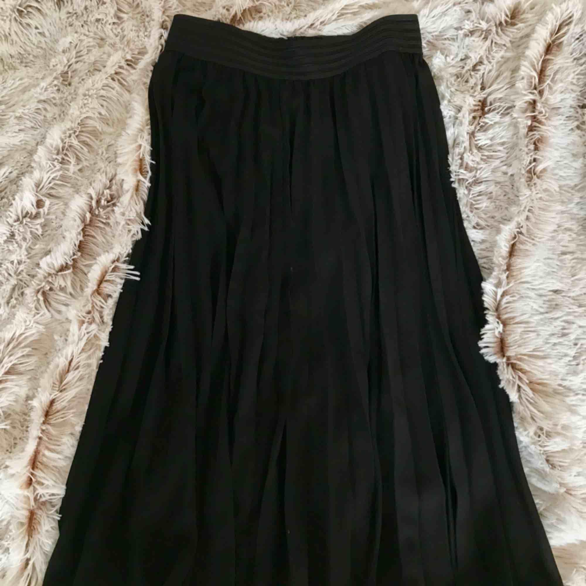 Säljer min sååå snygga plisserade svarta kjol. Vet inte riktigt vart den kommer ifrån men det märks att kvalitén är bra. Säljer på grund av att den är en aning för stor för mig i midjan vilket är sååå synd😢men men. Fraktar men fraktkostnad tillkommer . Kjolar.