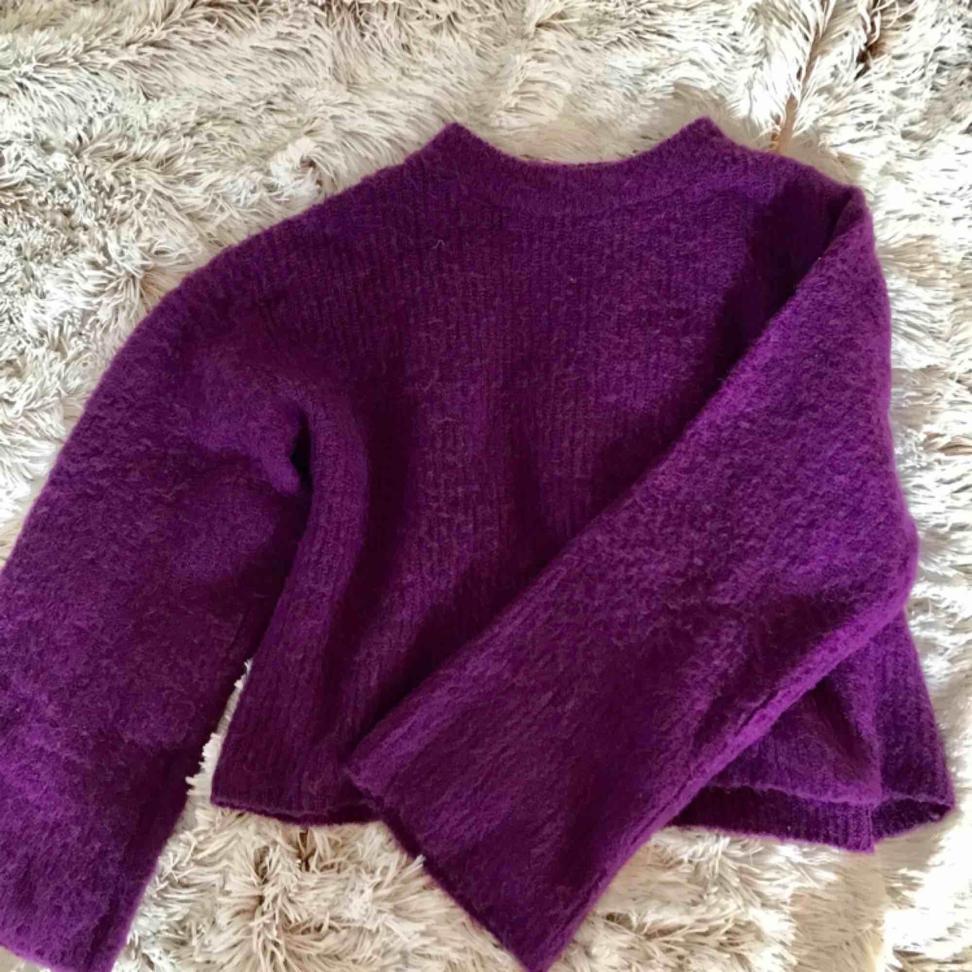 Lila stickad croppad stickad tröja från NA-KD. Riktigt snygg och mysig! Fraktar men fraktkostnad tillkommer☺️. Stickat.