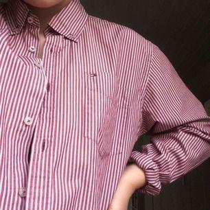 Passa på!! Superfin & äkta Tommy-skjorta söker nytt hem💓Herrstorlek & i mycket gott skick.