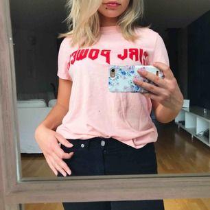 Rosa t-shirt med rött girlpower tryck från bikbok. Fraktar men fraktkostnad tillkommer😊
