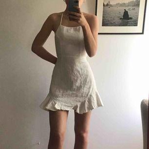 Superfin vit klänning från Hellomolly, perfekt till sommaren eller studenten/skolavslutning. Aldrig använd. Nypris:600 säljer nu för 400 Köparen står för frakt