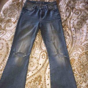 High waist flared jeans från Cubus som är supersnygga men tyvärr har blivit för stora, snygga slitningar som gör dom mer unika. Frakt tillkommer annars kan jag möta upp i Karlstad.