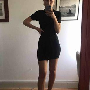 Svart T-shirt klänning i stretchigt material. Säljes pga att den är lite för kort. Jag är 174 cm och har stl S  Säljaren står för frakt.