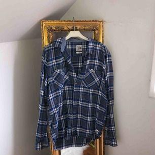 Jättesnygg skjorta från Carlings. Storlek M men kan passa andra storlekar också beroende på önskad passform.  Frakt blir 55kr 🖤