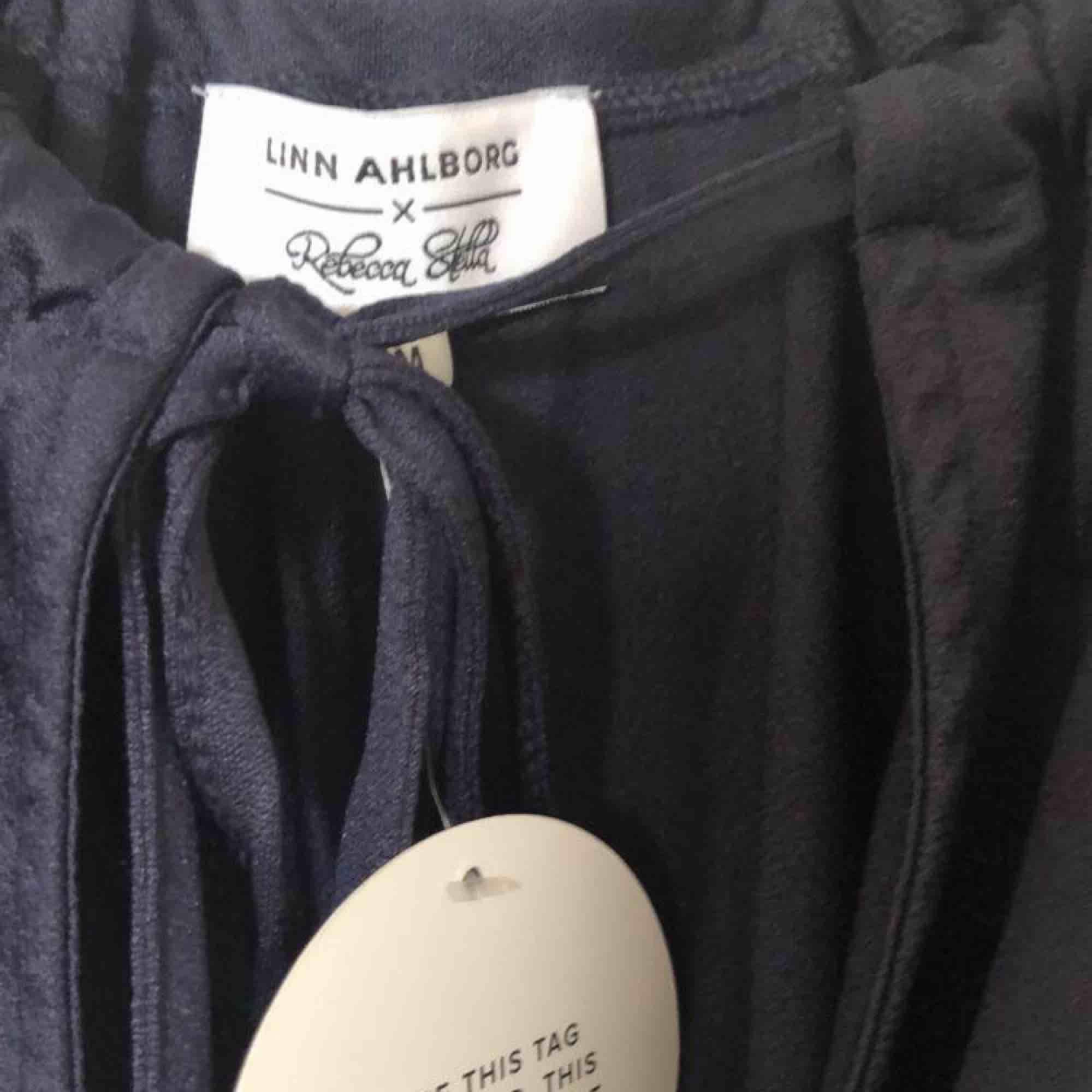 En helt ny supersnygg klänning från Linn Ahlborgs kollektionen med Rebecka Stella, pris går att diskutera, för mer info och bilder kontakta mig!💞 i köpt för 499 kr. Klänningar.