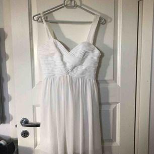 En superfin student/avslutnings klänning som jag tyvärr växt ur😫 sitter så fint på!!😍 endast använd 1 gång! Nypris 399 kr!! För mer bilder och info kontakta mig!💞