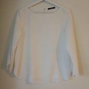 Klassiskt elegant vit blus från Esprit! I mycket bra skick, som nytt. Perfekt för jobbet eller formella möten