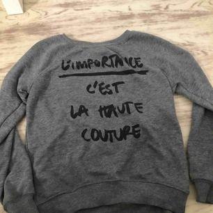 En grå sweatshirt, för mer bilder och info kontakta mig!!💞