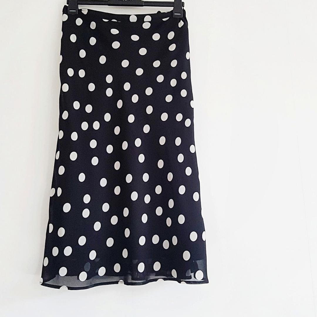 Superfin prickig kjol, liten i storleken och inte stretchig. . Kjolar.