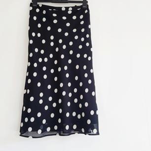 Superfin prickig kjol, liten i storleken och inte stretchig.