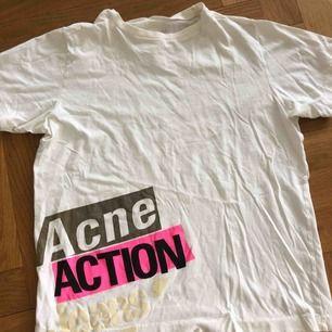 """Acne studios t-shirt med tryck där det står """"acne action jeans"""" använd ganska mycket men i gott skick"""