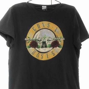 Oversize grå t-shirt med Guns N' roses tryck.  Köparen står för eventuell frakt.