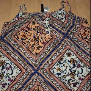 Ett fint mönstrat linne i strl XS. Den är tyvärr för liten för mig pga av att den sitter tätt över bysten men annars jätte fin! I bra skick också! *frakt ingår*