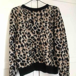 Stickad tröja med leopardmönster.   Använd väldigt lite. Köparen står för eventuell frakt.