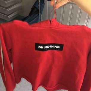 En röd croppad hoodie från BIKBOK, lite små knottrig efter tvättar men inget som man tänker på enligt mig, säljs pga av att den är för liten för mig *frakt ingår ej*