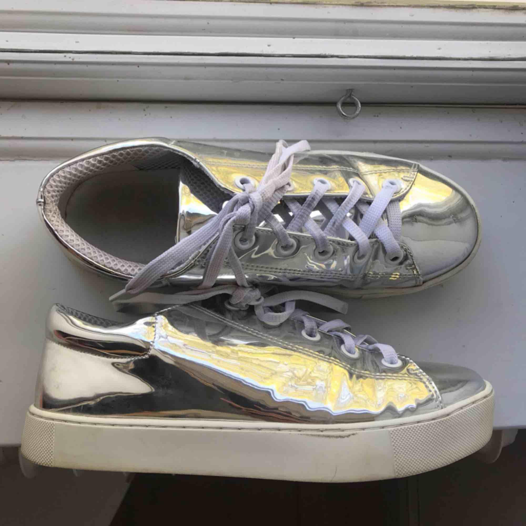Så coola metallic-skor från Monki, lite skadade i på sidorna då materialet böjs där och fukt har kommit in. Använda ett fåtal gånger. . Skor.