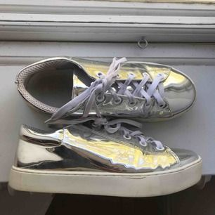 Så coola metallic-skor från Monki, lite skadade i på sidorna då materialet böjs där och fukt har kommit in. Använda ett fåtal gånger.