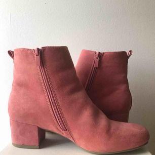 Rosa boots från Alley. Liten klack, Väldigt bekväma. Pris kan diskuteras, köparen står för frakt