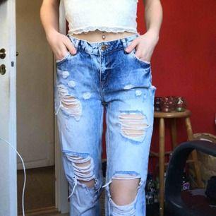 Snygga boyfriend jeans med hål. Endast använda några gånger. Strl W26😊 Nypris 599kr
