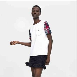 T-shirt från Zara. Tweed-armar och vit plastficka på bröstet. Endast Swish och fraktar endast. Fraktkostnad tillkommer. Knappt använd.