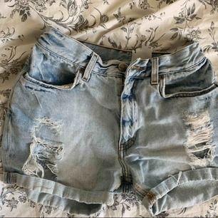 Aaassnygga slitna shorts. Säljer för att dem har blivit för små 😭 vanligt begagnat skick och priset är inklusive frakt