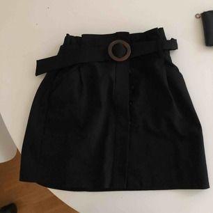 Kjol med bälte och knappar från Zara. Jättefin kjol men har aldrig använt den. Saknar en knapp, råkade köpa den så men har inte haft tid att sy dit en ny. Endast Swish, fraktkostnad tillkommer.