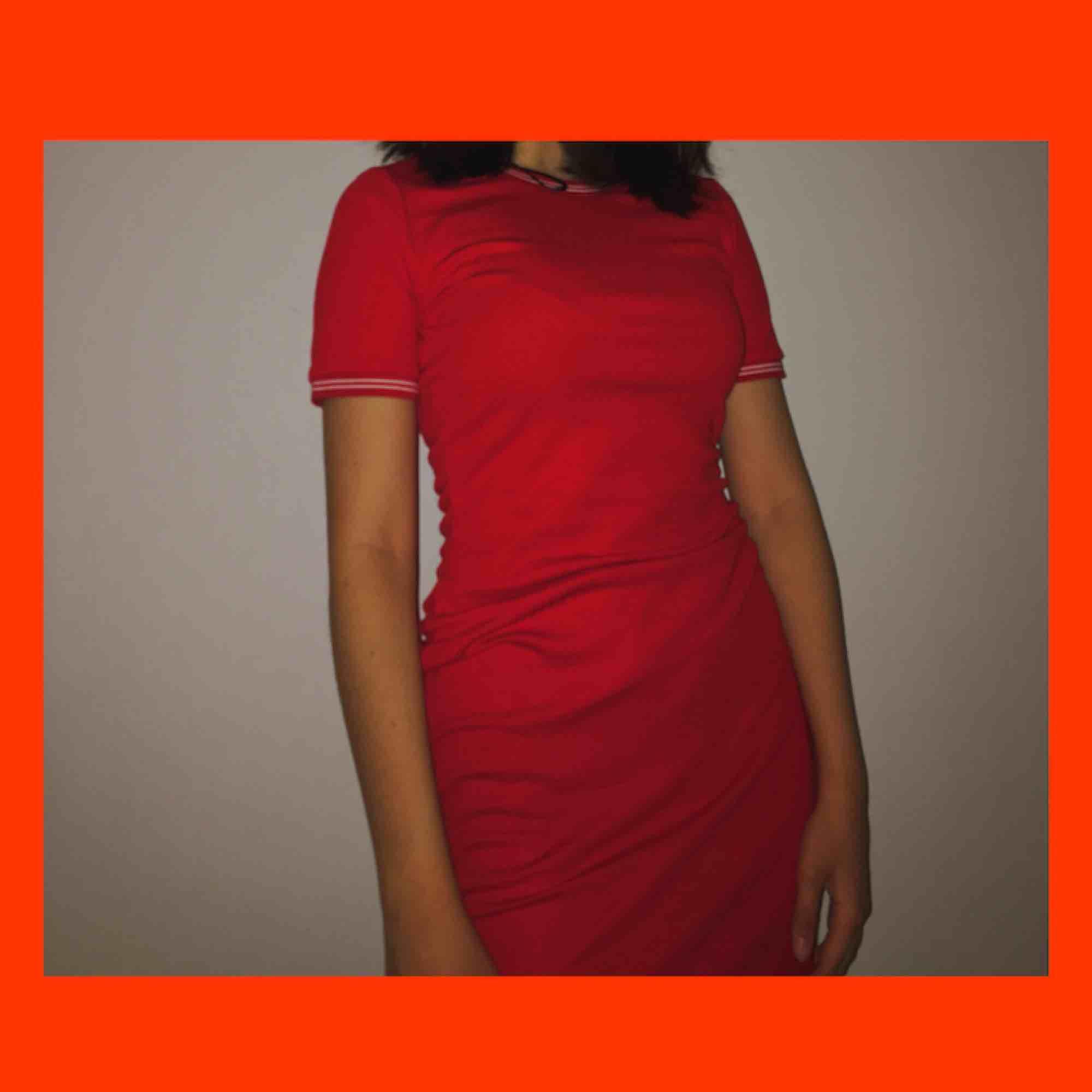perfekt klänning nu till sommaren! passar mig som är xs-s, passar nog också M! ger en snygga former, även om de inte finns ;) frakt är redan inräknat!❤️. Klänningar.