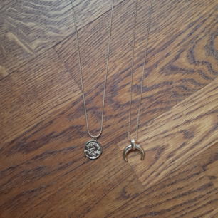 2 halsband, 1 för 40kr, båda för 60. Frakt betalas av köparen