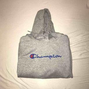 Säljer en Fake Champion Hoodie. Det står L på tröjan, men passar mer som S/M! Möts i Sthlm eller så står köparen för frakten 70kr