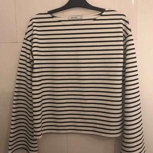 Snygg tröja från NA-KD i stripes med utsvängda armar!  Använd 1 gång.