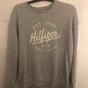 Sweatshirt från Tommy Hilfiger, grå med vitt print.  Nästan aldrig använd så är i riktigt bra skick!