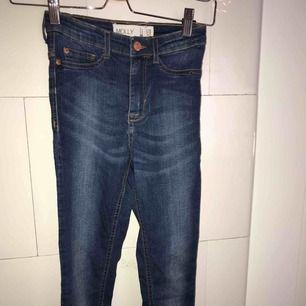 Jeans från GinaTricot, köpa i XS men är stretchiga så mer S/M! Sitter snyggt på!