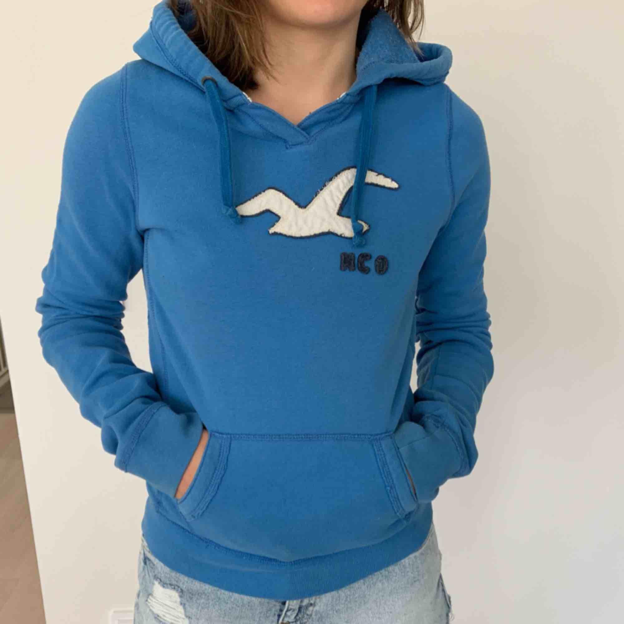 Hollister Hoodie Bright Blue Size: M So comfy!!. Huvtröjor & Träningströjor.