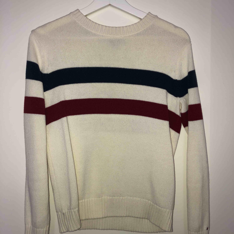 En superfin stickad tröja från Tommy Hilfiger  Nypris runt 800  Mitt pris 200  Storlek L (barnstorlek) men skulle säga att den passar en vanlig small   Kan mötas upp i linköping och frakta men köparen står för frakten (runt 30kr)  . Stickat.