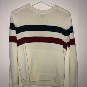En superfin stickad tröja från Tommy Hilfiger  Nypris runt 800  Mitt pris 200  Storlek L (barnstorlek) men skulle säga att den passar en vanlig small   Kan mötas upp i linköping och frakta men köparen står för frakten (runt 30kr)