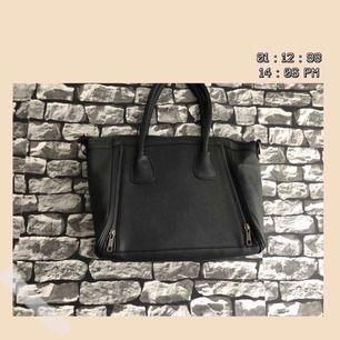 En svart väska från missäy. Både axel och handväska. Har använt ett par gånger. För fler bilder går det bra att fråga :) Frakt förekommer. Kan mötas upp i Göteborg.