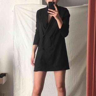 Svart kostymklänning med dubbelknäppning i fram. Köpt från PrettyLittleThing för 250 kr  Säljer nu för 170 kr.  Säljer för att den är lite kort på mig ( jag är 174 cm ). Aldrig använd.