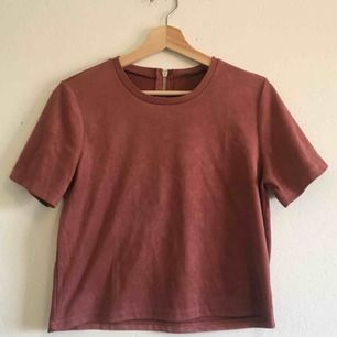 Rosa t-shirt i mocka imitation. Köpt på Zara och använd endast ett fåtal gånger. Frakten ingår!