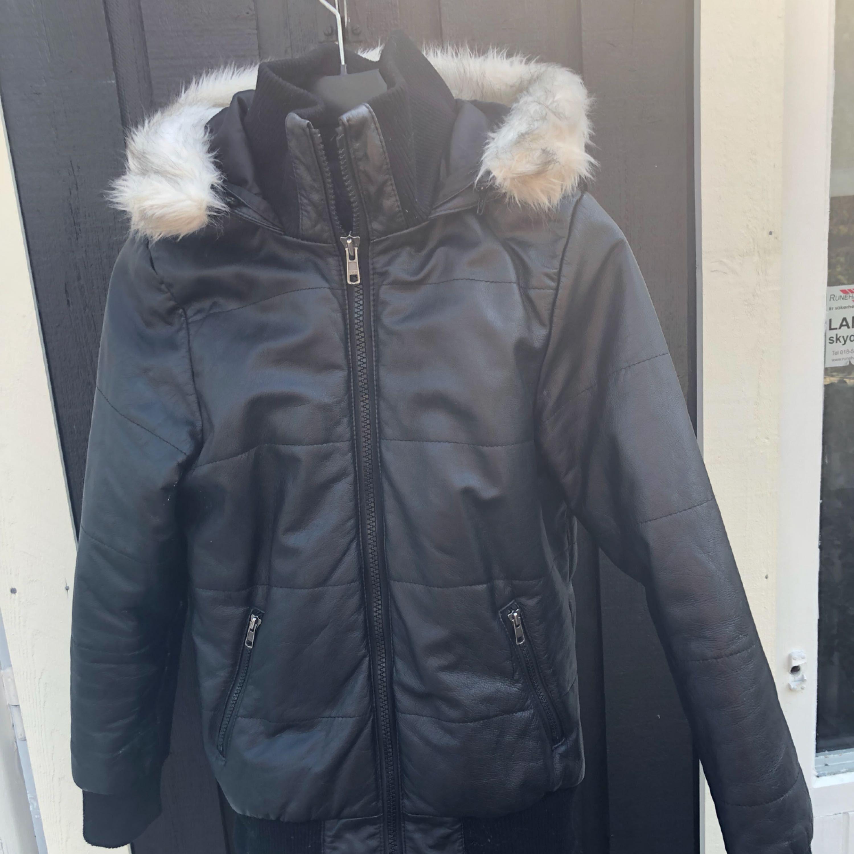Snygg vinterjacka i 100% skinn. Storlek S. Väldigt varm. Mycket bra skick :). Jackor.