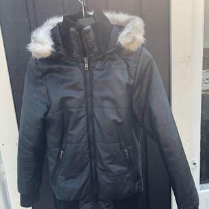 Snygg vinterjacka i 100% skinn. Storlek S. Väldigt varm. Mycket bra skick :)