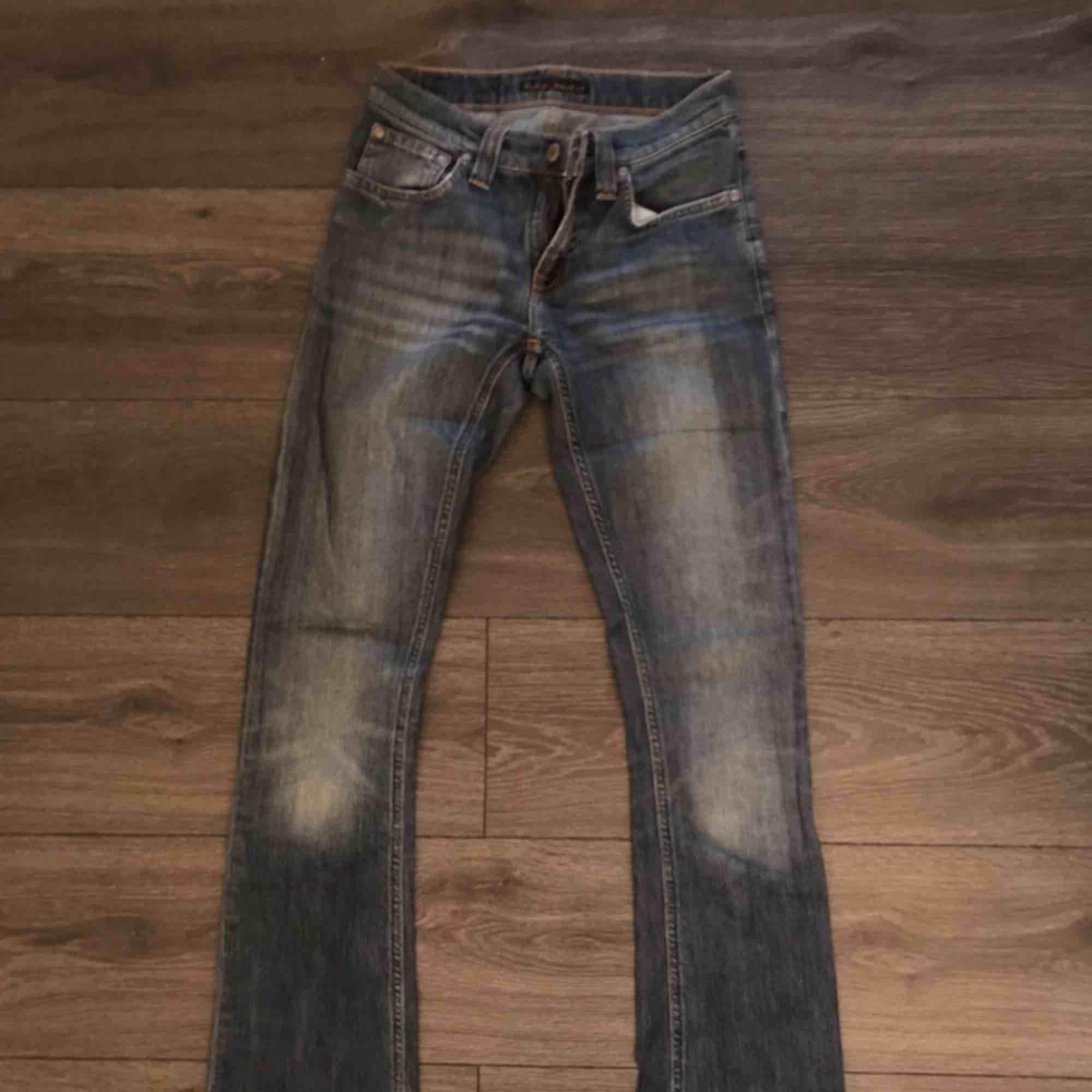 Ett par fräscha nudie jeans i storlek XS som jag använt få gånger i en mellantvätt. Lite vida ben men inte bowcut. Köparen står för frakt om det blir aktuellt!:). Jeans & Byxor.